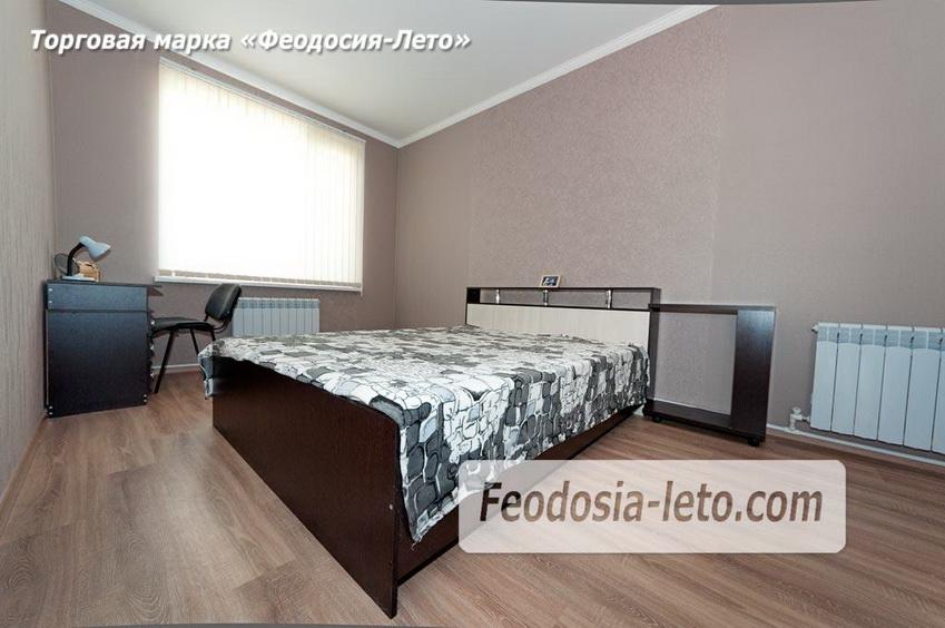 Кровать в спальной комнате