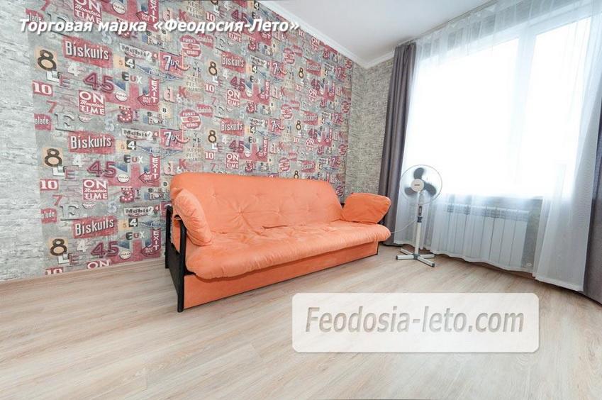 Розовый диван во второй комнате