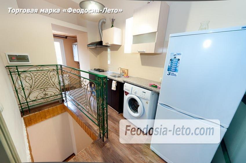 Современная кухня и спуск на первый уровень квартиры, которая сдаётся в Феодосии посуточно