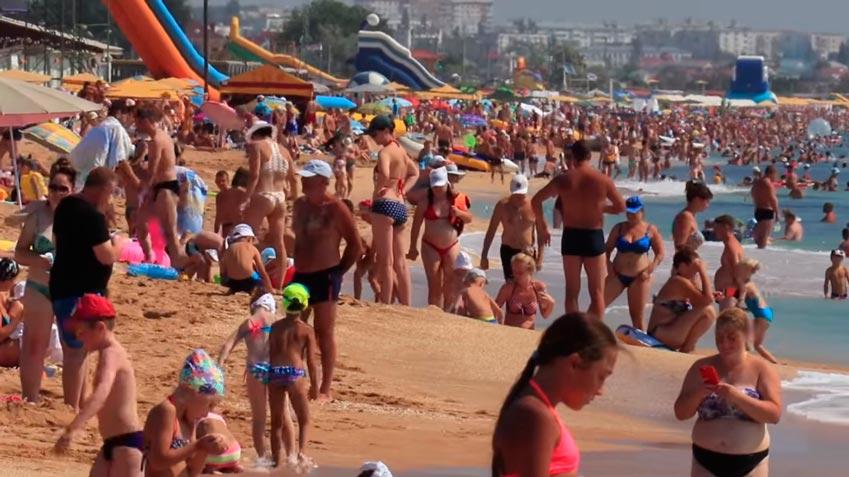 отдыхающие на Золотом пляже