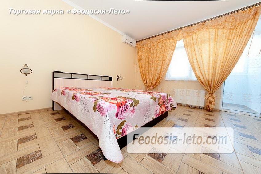 В просторной комнате 2-спальная кровать