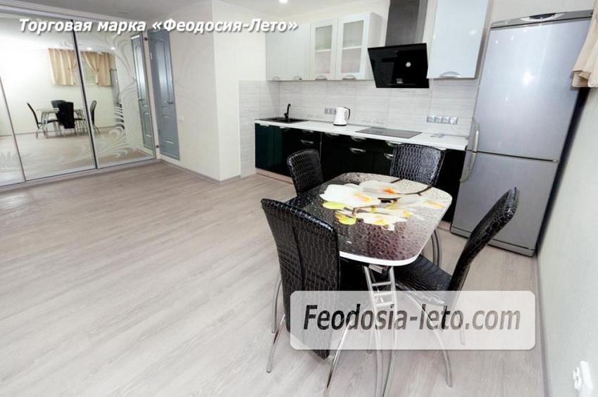 обеденный стол в квартире в Феодосии, которая сдаётся посуточно недорого