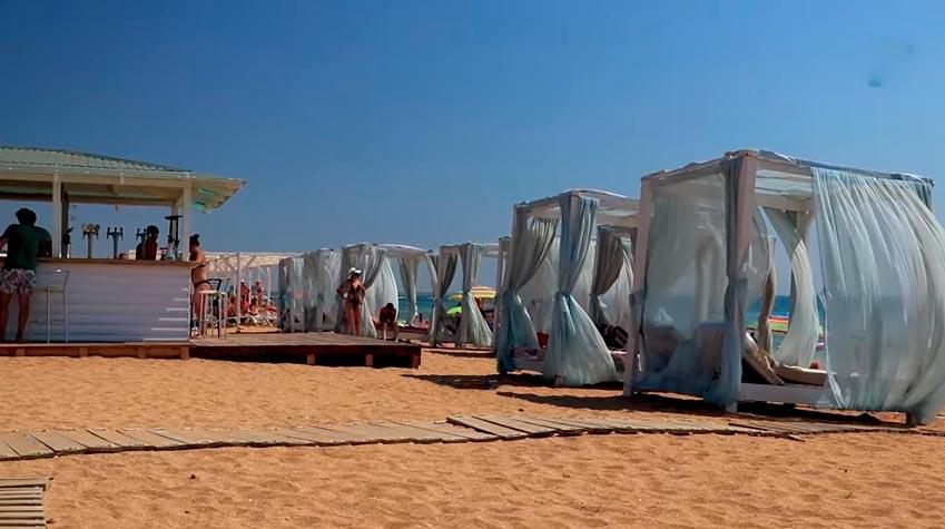 удобные кабинки для отдыха на Золотом пляже
