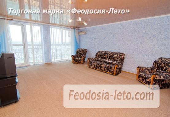 На берегу моря эллинг в Феодосии - фотография № 2