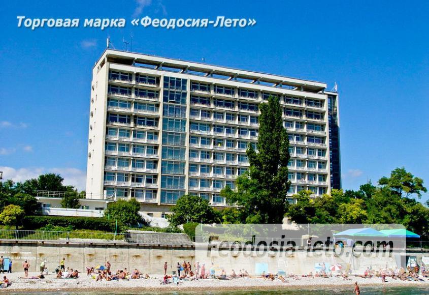 Пляж Ай-Петри, рядом с кафе Суворинские камни в Феодосии - фотография № 1