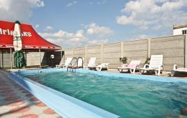 Отель с бассейном на улице Грина в Береговом