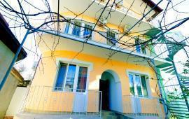 Дома в Феодосии у моря, рядом набережная и кинотеатр