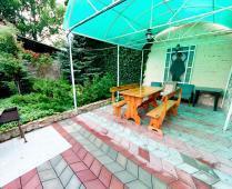Во дворе дома в Феодосии, переулок Краснофлоцкий - фотография № 1