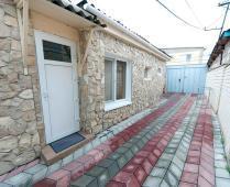 Во дворе дома в Феодосии, переулок Краснофлоцкий - фотография № 4
