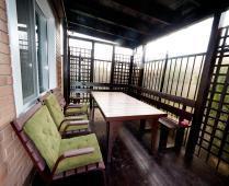 Во дворе дома обустроенные места для отдыха - фотография № 3