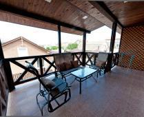 Во дворе дома обустроенные места для отдыха - фотография № 4