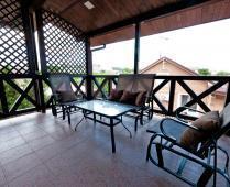 Во дворе дома обустроенные места для отдыха - фотография № 2