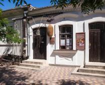Что находится рядом с гостиницей в центре Феодосии - фотография № 2