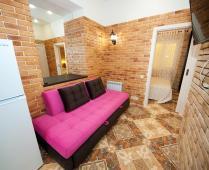Однокомнатный номер на 1 этаже с розовым диваном в Феодосии - фотография № 2