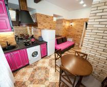 Однокомнатный номер на 1 этаже с розовым диваном в Феодосии - фотография № 3