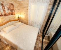 Однокомнатный номер на 1 этаже с розовым диваном в Феодосии - фотография № 7