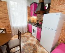 Однокомнатный номер на 1 этаже с розовым диваном в Феодосии - фотография № 1