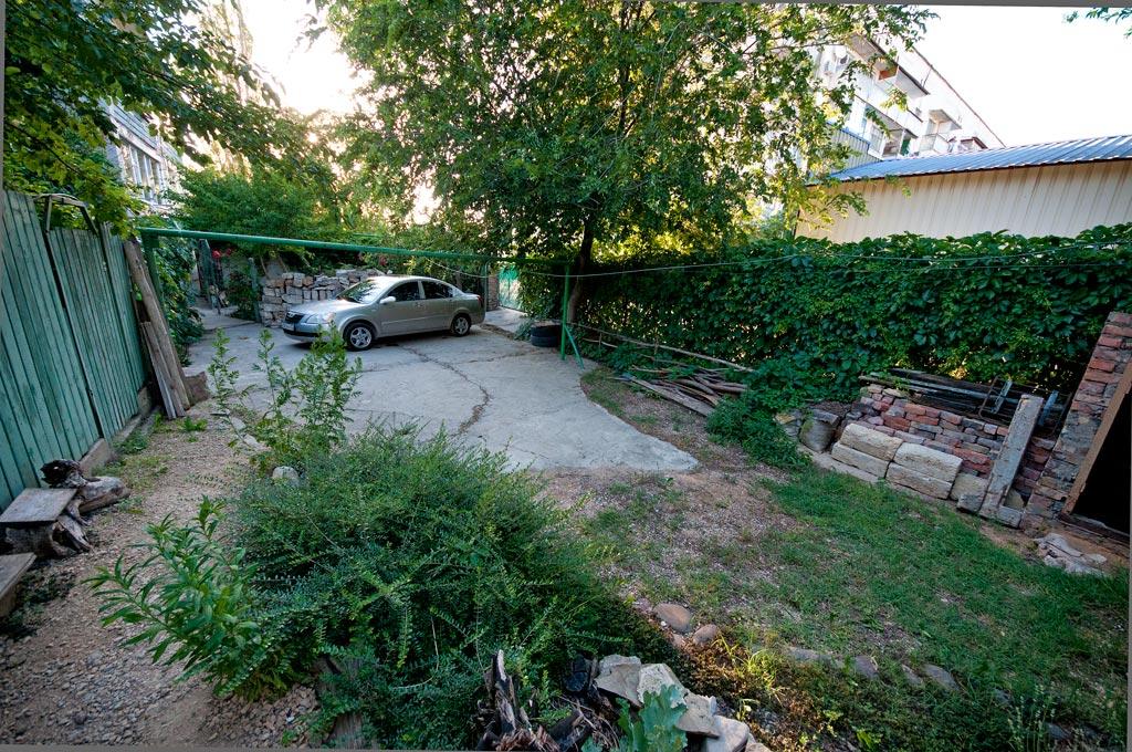 Место для закрытой стоянки автомобиля рядом с домом