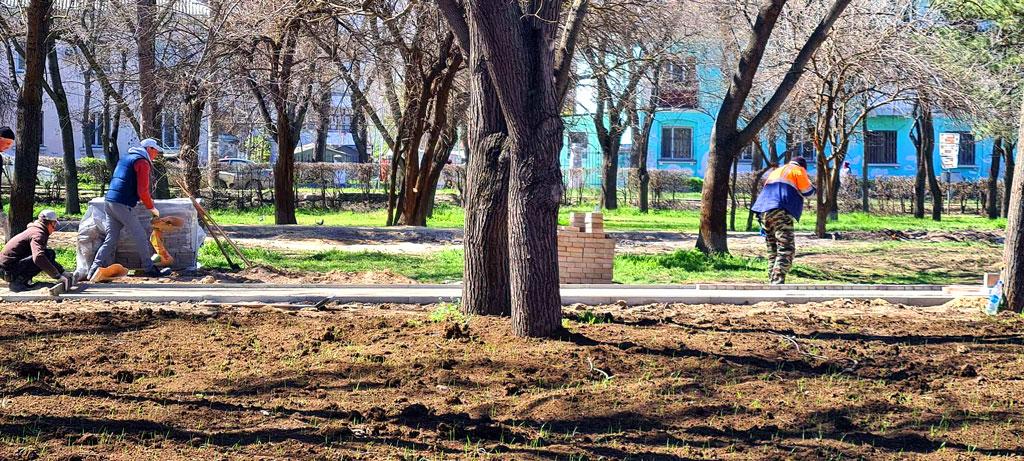 в парках и скверах Феодосии ведутся плановые работы по благоустройству города