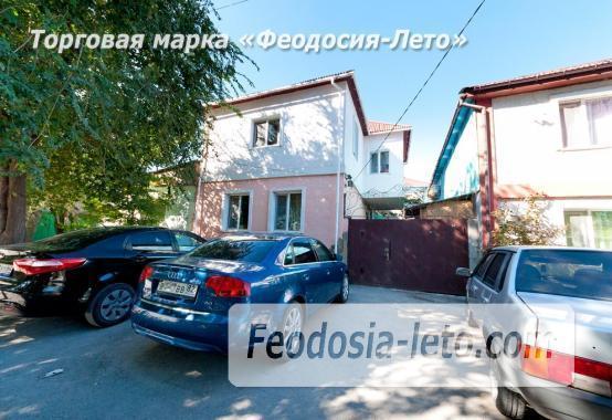 Двор коттеджа в Феодосии на улице Гольцмановской - фотография № 1