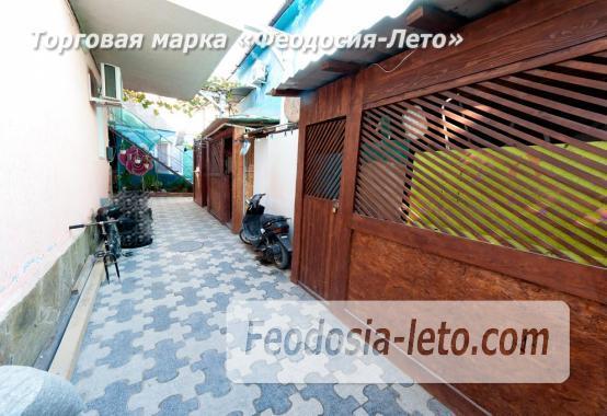 Двор коттеджа в Феодосии на улице Гольцмановской - фотография № 4