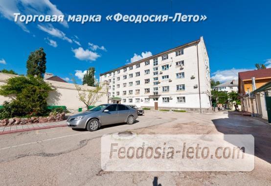 Гостиница со стоянкой для автомобилей, улица Федько в Феодосии - фотография № 1