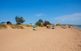 Пляж Песчанка в посёлке Приморский, Крым