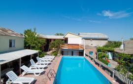 Гостиница с бассейном на улице Дружбы в Феодосии