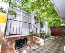 Во дворе дома в Феодосии по переулку Военно-морскому - фотография № 6