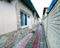 Во дворе дома в Феодосии, переулок Краснофлоцкий - фотография № 7
