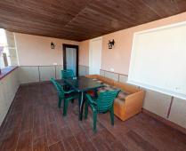 Во дворе гостевого дома и терраса на 2 этаже - фотография № 7