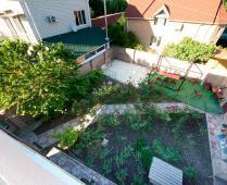 Во дворе гостевого дома и терраса на 2 этаже - фотография № 9