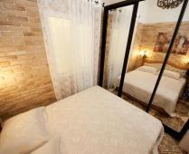 2-комнатный номер-студия на 1 этаже с розовым диваном