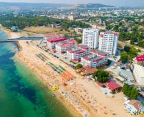 Территория жилого комплекса на берегу мора в Феодосии, где расположена квартира - фотография № 5