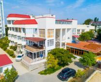 Территория жилого комплекса на берегу мора в Феодосии, где расположена квартира - фотография № 7