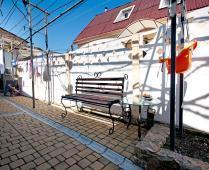Во дворе дома, который сдаётся в Феодосии для отдыха - фотография № 1