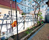 Во дворе дома, который сдаётся в Феодосии для отдыха - фотография № 3